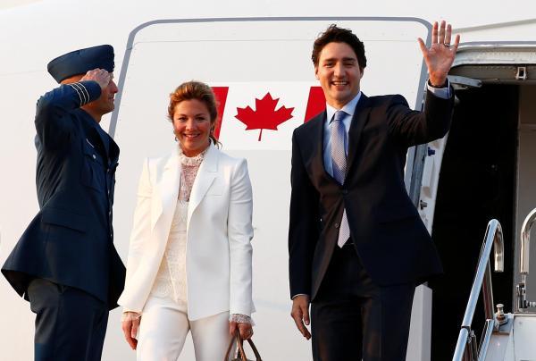 伊勢志摩で開催されるG7サミットのため羽田国際空港に到着するカナダのトルドー首相とソフィー夫人