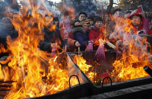 北京のチベット寺院「雍和宮」で線香を焚き、新年の幸運を祈る人々=2009年1月26日、北京