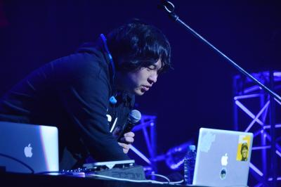 ライブはステージに1人だけ。パソコンを操作しながら進行します=2016年12月10日、東京都江東区