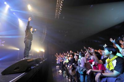 ブッキングライブでほかの出演者のファンも取り込んでしまう岡崎体育さん。笑いをさそうMCに激しいダンスなどパフォーマンスが好評=2016年12月10日、東京都江東区