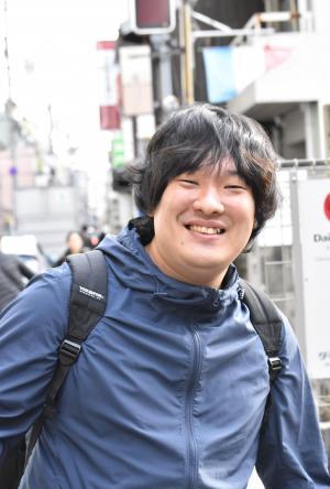 慣れ親しんだ京都の町を歩く岡崎体育さん。東京の仕事も増えましたが上京願望はなく、「できるかぎりは京都で、今の暮らしを続けたい」