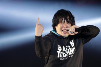 パフォーマンス重視のスタイルから「ちょけてる」イメージの強い岡崎体育さんですが、実際は「礼儀正しい真面目な好青年」です=2012年12月10日東京都江東区