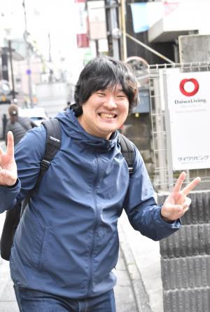 <岡崎体育(おかざきたいいく)=本名・岡亮聡(おかあきとし)>1989年生まれ。京都と奈良への思いから、自分の音楽スタイルを「盆地テクノ」と呼ぶ。昨年5月にアルバム「BASIN TECHNO」でメジャーデビュー。iTunesのJ-POPチャートでは最高位1位を記録した。全国のCDショップ店員が選ぶ「CDショップ大賞」にもノミネートされている。現在進行中のワンマンツアー「シマウマの中でも比較的凶暴なほう」は全公演のチケットが完売。