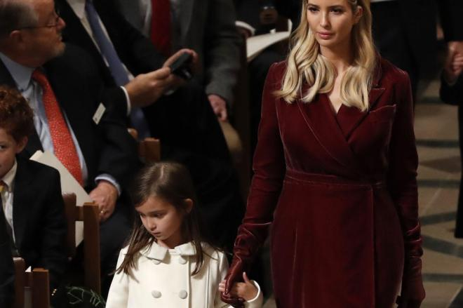 トランプ大統領の就任式の後、礼拝に参加するイヴァンカ氏と長女のアラベラちゃん=2017年1月21日、ワシントン、ロイター