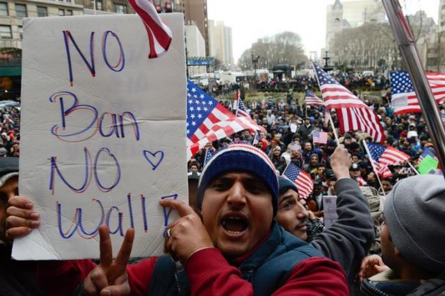 ニューヨークのブルックリンでトランプ氏の大統領令に反対する人々=2017年2月2日、ロイター