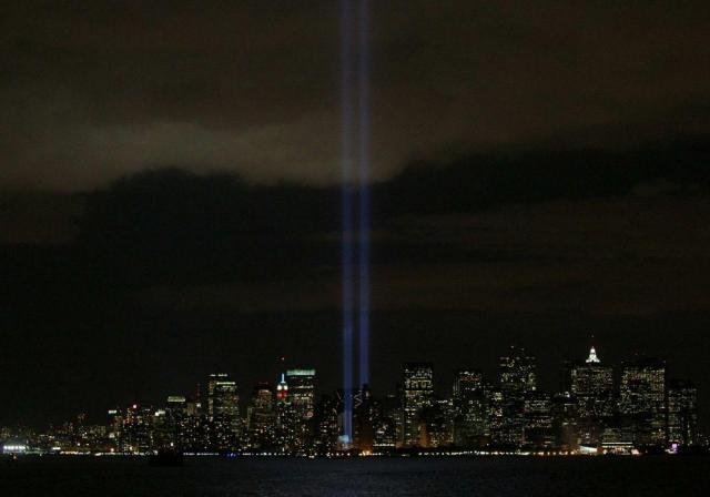 米同時多発テロから5年を迎えた2006年9月11日、ニューヨークのマンハッタンでは、世界貿易センタービルをしのぶ2本の光の帯が照射された。日暮れとともに出現した青白い光の「ツインタワー」は、空まで突き抜け、一晩だけ、ニューヨークの街に「復活」した