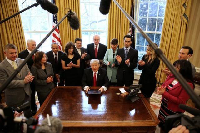 執務室のトランプ大統領=ロイター