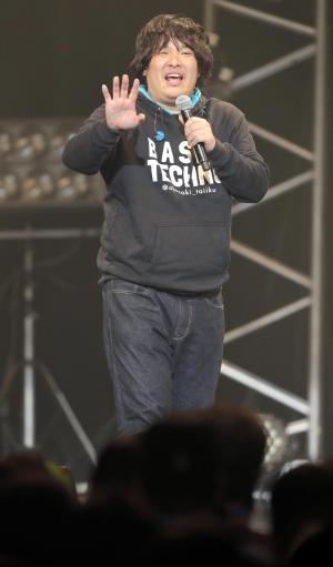 ライブ中、MCで観客を何度も爆笑させた=2016年12月10日、東京都江東区
