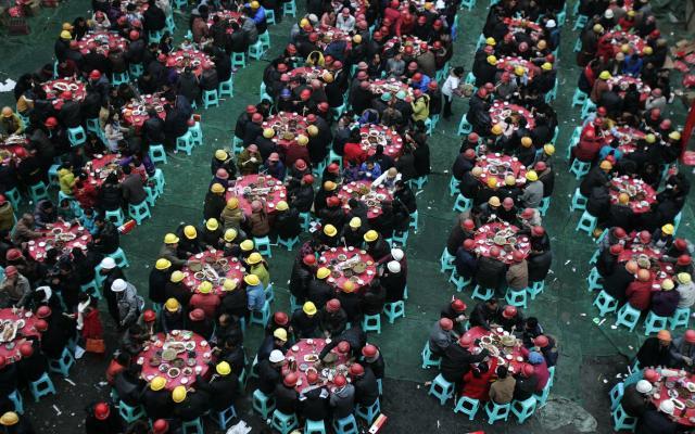 春節の前に、出稼ぎ労働者たちがだんらんの食事をしている場面=四川省成都市、2012年1月