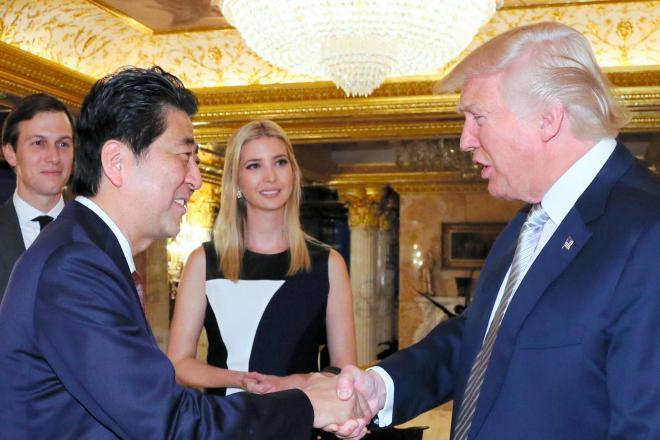 大統領就任が決まったトランプ氏(右)と握手する安倍晋三首相。後方は長女のイバンカ氏夫妻=2016年11月、米ニューヨーク、内閣広報室提供