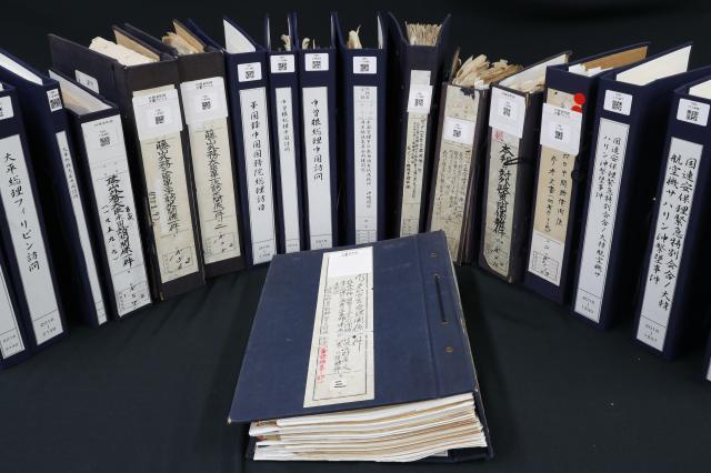 今年公開された外交文書のファイル=外務省の外交史料館