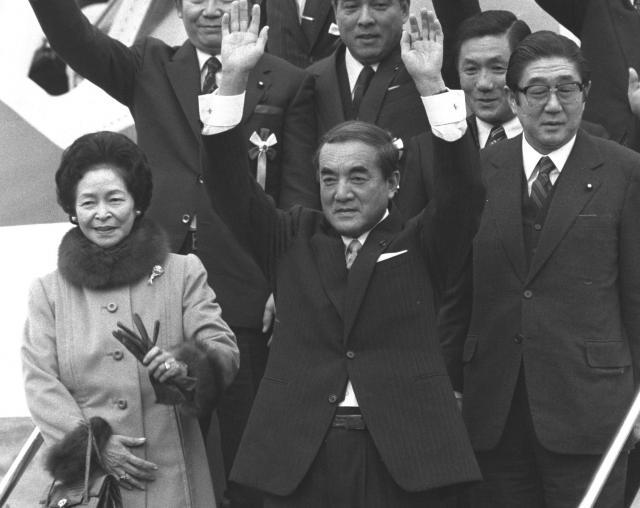 レーガン大統領との初の首脳会談を行うため訪米する特別機に乗る中曽根康弘首相(手前中央)。右は安倍晋三現首相の父・安倍晋太郎外相=1983年1月