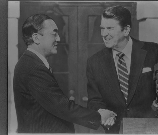 初訪米で首脳会談を終え、レーガン大統領と握手する中曽根康弘首相=1983年1月