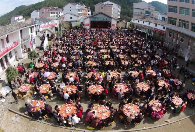 春節を祝うため、村人全員が集まり食事をする=2016年2月、浙江省台州市