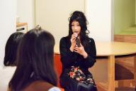 女子大学生2人の質問を受けるAV出演強要の被害者、くるみんアロマさん
