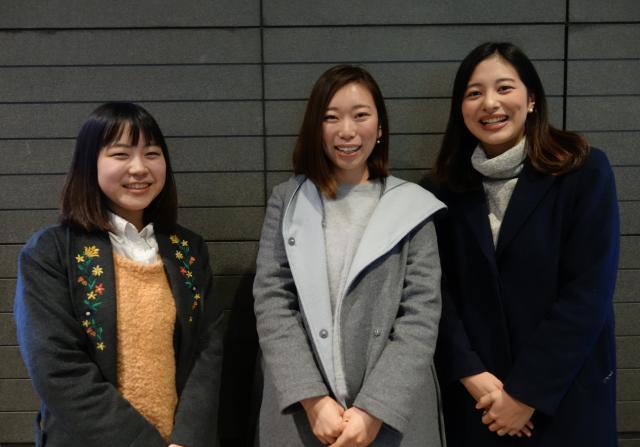 これから留学をする栗原紗代さん(左)と笠尾穂波さん(右)は、佐藤真央さん(中央)にお礼を言った