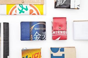 色とりどりの段ボールで作られた財布