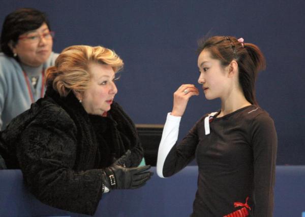 タラソワ・コーチ(左)から指示を受ける荒川静香さん=2005年11月18日