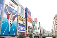 1935(昭和10)年から大阪・道頓堀の戎橋で人々を見守るグリコサイン。連日多くの観光客が訪れる大阪・道頓堀の戎橋。その多くはこのグリコサインを背に、「ゴールインポーズ」で記念写真を撮っている