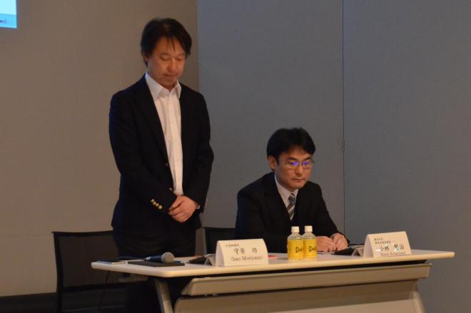 決算会見に出席したDeNAの守安功社長(左)
