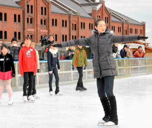 子どもたちにスケートを教える荒川静香さん=2015年1月24日、横浜市中区
