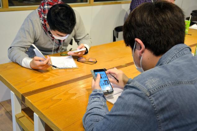 イベントの最後に、スマートフォンのアプリで気になる相手に通知する=東京都千代田区