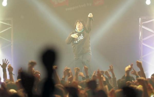 岡崎体育さんのライブ=2016年12月10日、東京都江東区