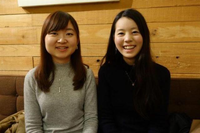 檜山柚美さん(左)は留学で「行動力が身に付きました」。持田茉椰さんはともに学んだヨーロッパの学生に刺激を受け「勉強することが楽しくなりました」