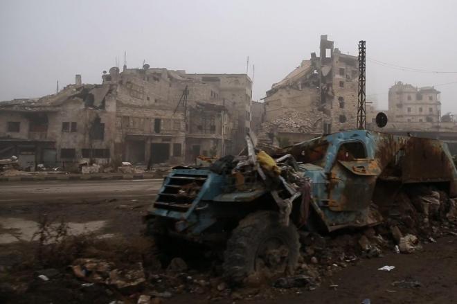 陸橋を越えてしばらく進むと、破壊された車両や崩れ落ちた建物が目に入ってきた