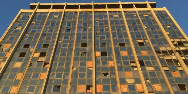 アレッポの高級ホテル。銃撃で部屋のガラスは割れています。所々、板で覆われていました。発電機を回して、電気を使えるようにしています。
