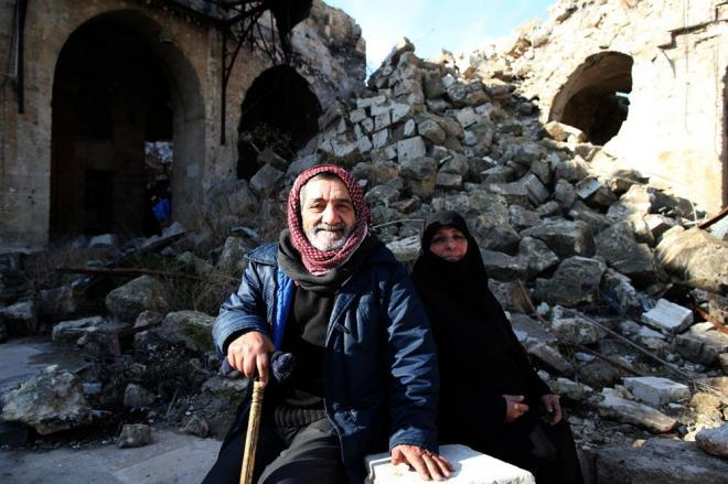 世界遺産に登録されている「古代都市アレッポ」の大モスクにて休憩する老夫婦。「そのカメラで写真を撮ってくれ」と頼まれました。戦闘の舞台となったモスク内はがれきが散乱していました