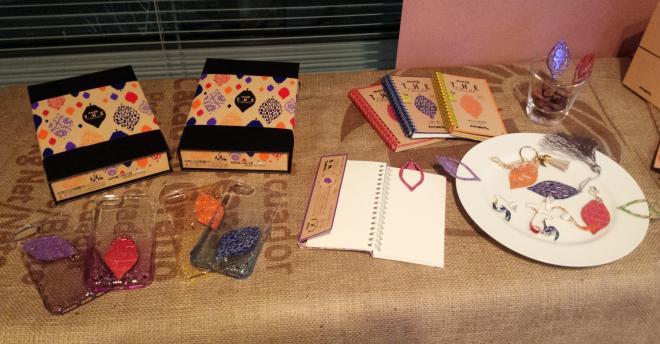 栞やブックカバー、スマホケースなどにアレンジされた「明治 ザ・チョコレート」のパッケージ