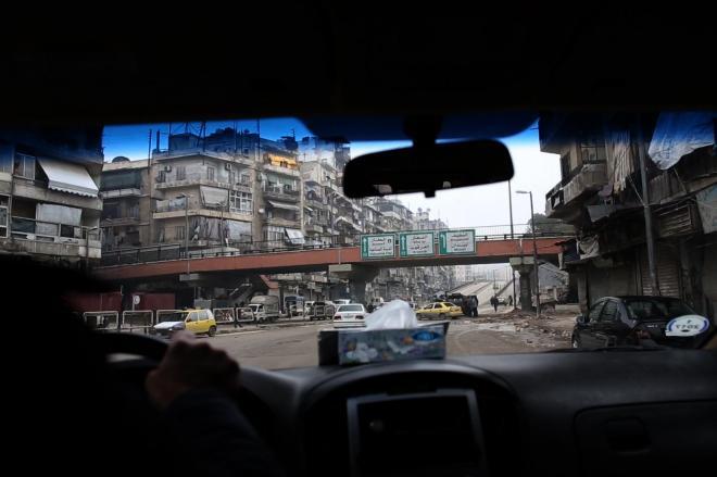 「これが東西の境界だよ」とシリア人運転手が言う。町中にある、なんの変哲もない陸橋が、日常と非日常の境目だった。これを超えると風景は一変する。