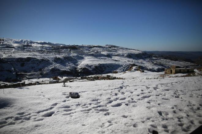 中東と聞くと砂漠のイメージがありますが、レバノンとシリアの間の高原は一面、真っ白な雪景色。快晴ですが、冷たい風が吹きつけています
