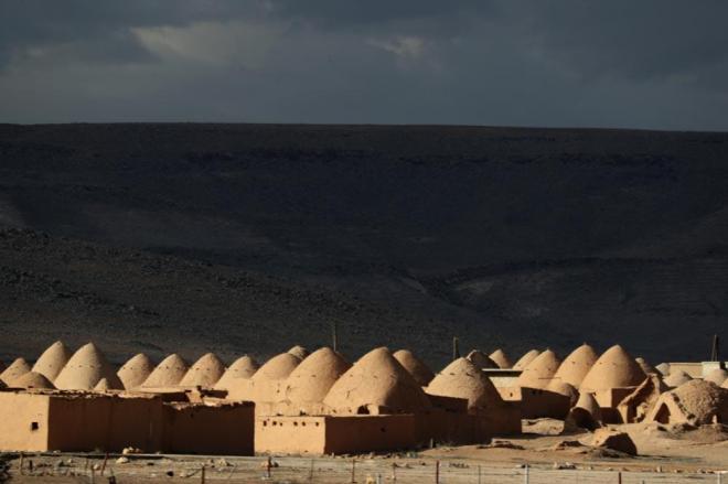 アレッポまで約80キロ。とんがり屋根の変わった建物が車窓から見えました。独特の形が砂漠地方の暑さをやわらげるとのことです