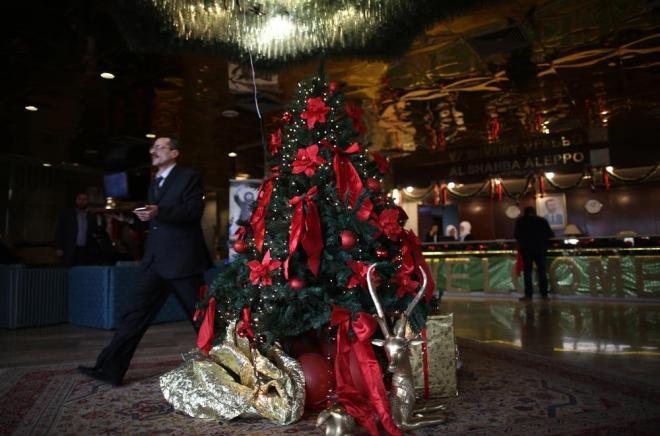 アレッポ中心部のホテルに到着。ロビーにはまだクリスマスツリーが飾られて、華やかな雰囲気。イスラム教徒が多いお国柄でも、クリスマスは人気でした。右側のカウンターの奥にはアサド大統領の写真が掲げられています。しかし、東側の惨状とのギャップに驚きます