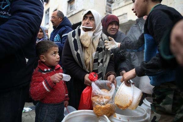 アレッポ東部のマサケン・ハナノ地区で食料の配給を受ける人々が長蛇の列を作る=2017年1月9日、シリア、矢木隆晴撮影