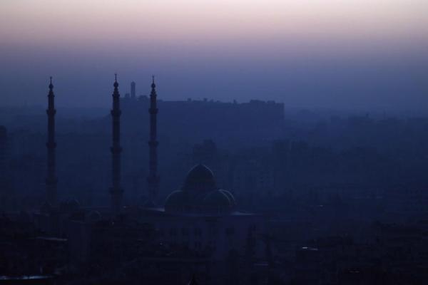 午前6時すぎ、朝焼けの中、アレッポ城の輪郭が浮かび上がった=2017年1月12日、シリア・アレッポ、矢木隆晴撮影