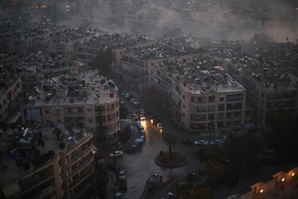 早朝午前6時すぎ、一台の車が市街地を走っていた。屋上には衛星放送のアンテナが並ぶ=2017年1月10日、シリア・アレッポ、矢木隆晴撮影