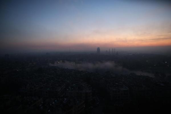 ホテルの窓から見るアレッポの朝焼け=2017年1月10日、シリア、矢木隆晴撮影