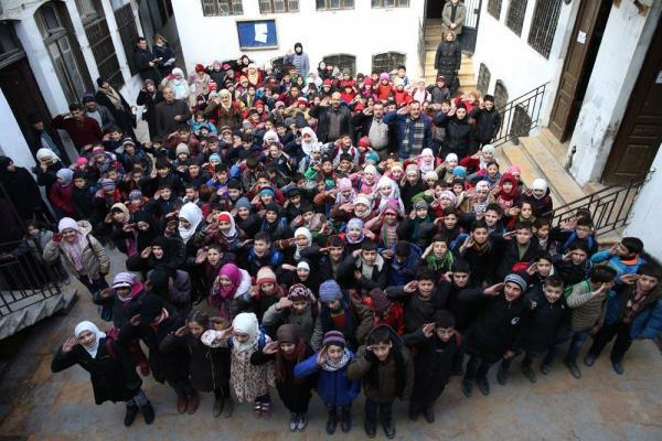 シリア国歌を歌う児童たち=2017年1月10日、シリア・アレッポ、矢木隆晴撮影