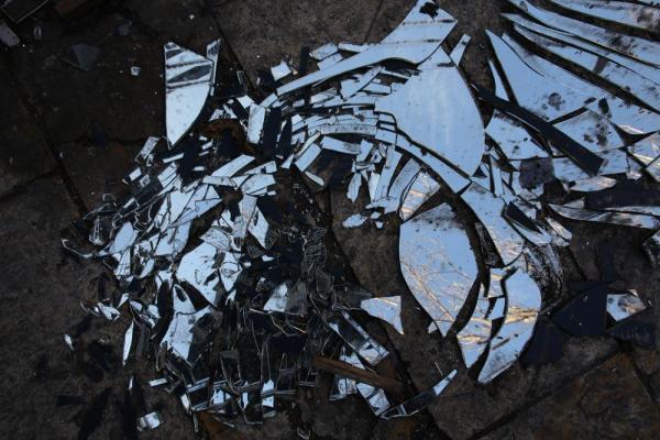 スーク(市場)内には割れた鏡が散乱していた=2017年1月10日、シリア・アレッポ、矢木隆晴撮影