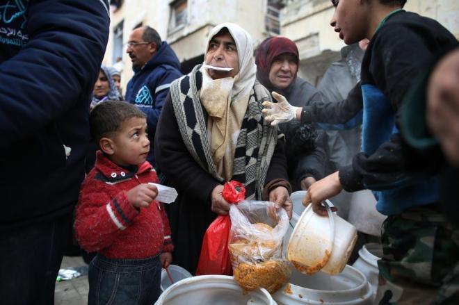 1月9日、アレッポ東部の住宅地マサケン・ハナノ地区へ。多くの避難民が援助団体の食料の配給に列を作っていました。住宅には水も電気もありません。戦闘がおさまったことにはホッとした表情を見せていました