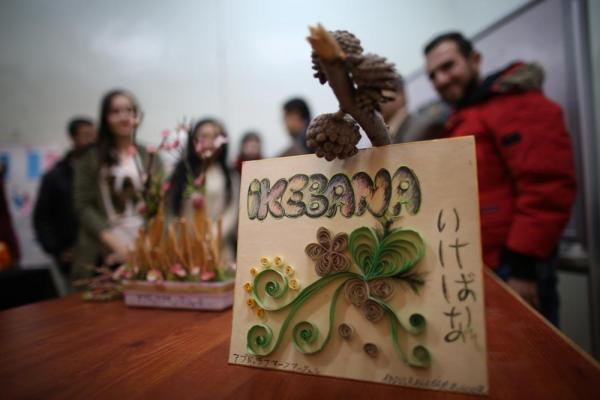 「生け花クラブ」の学生の作品=2017年1月11日、シリア・アレッポ、矢木隆晴撮影