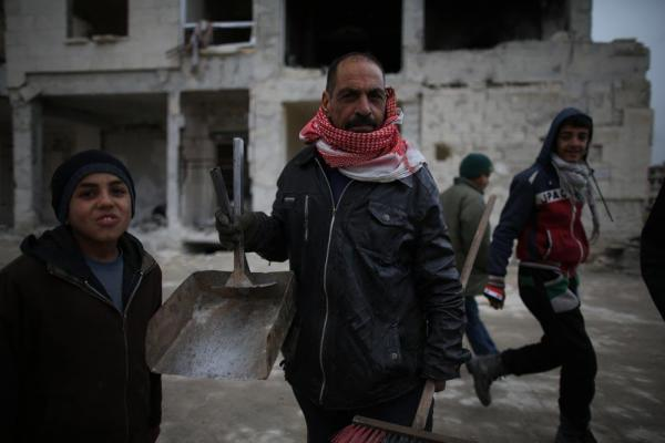 避難生活を始めた人々=2017年1月9日、シリア・アレッポ、矢木隆晴撮影