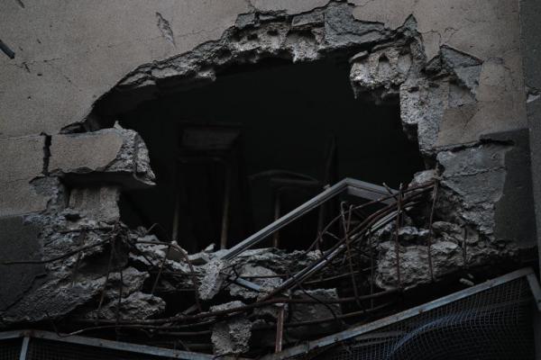 学校の壁には砲撃によるとみられる大きな穴があいていた=2017年1月11日、シリア・アレッポ、矢木隆晴撮影