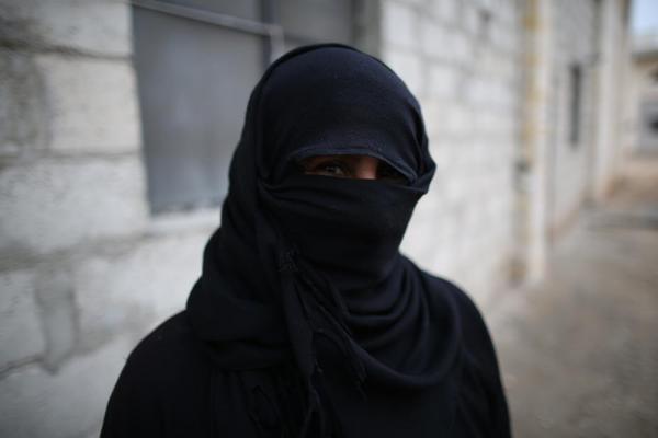 過激派組織「イスラム国」(IS)が支配する街から避難してきた女性。被害を恐れ黒い布で顔を覆った=2017年1月9日、シリア・アレッポ、矢木隆晴撮影