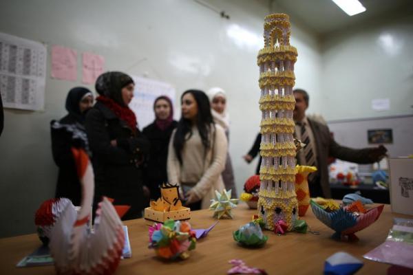 アレッポ大学の学生による折り紙の作品=2017年1月11日、シリア・アレッポ、矢木隆晴撮影
