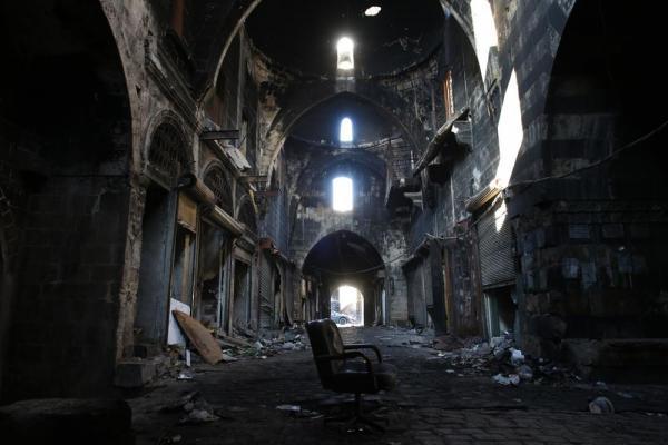 かつて観光客でにぎわったアレッポ名物のスーク(市場)。火災で黒く焼け焦げていた=2017年1月10日、シリア・アレッポ、矢木隆晴撮影