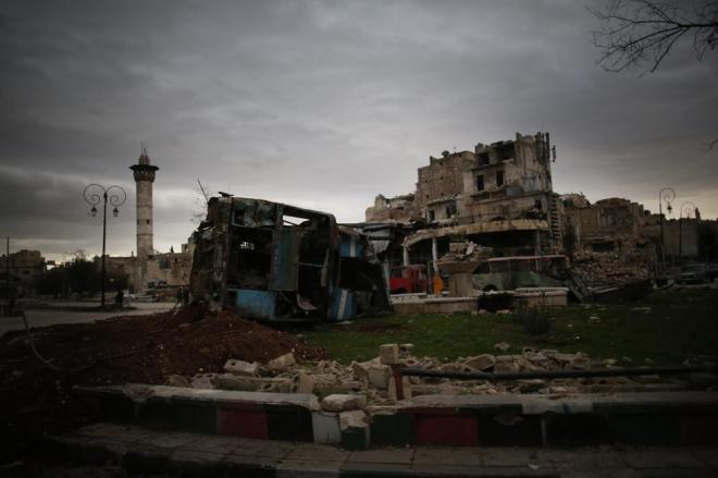 午後3時すぎ、アレッポ南部に到着。突然、世界が変わりました。いきなり目に飛び込んできたのは、崩れ落ちた建物、破壊され横倒しになった車両。中心部のホテルに向かっています